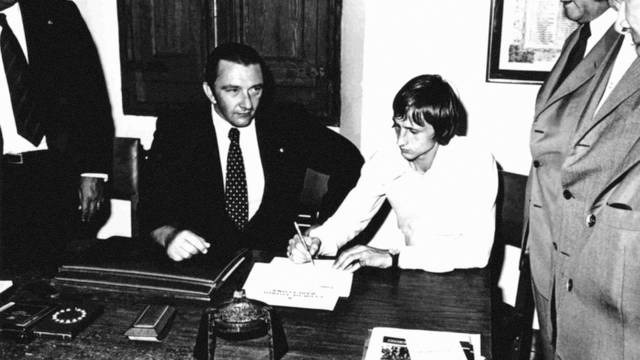 johan cruyff signs for fc barcelona