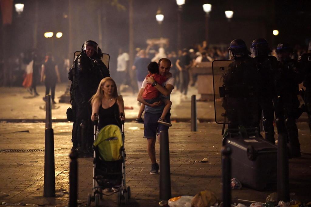 Γαλλία: Δύο νεκροί και σοβαρά επεισόδια στους πανηγυρισμούς για το Μουντιάλ (photos+videos)