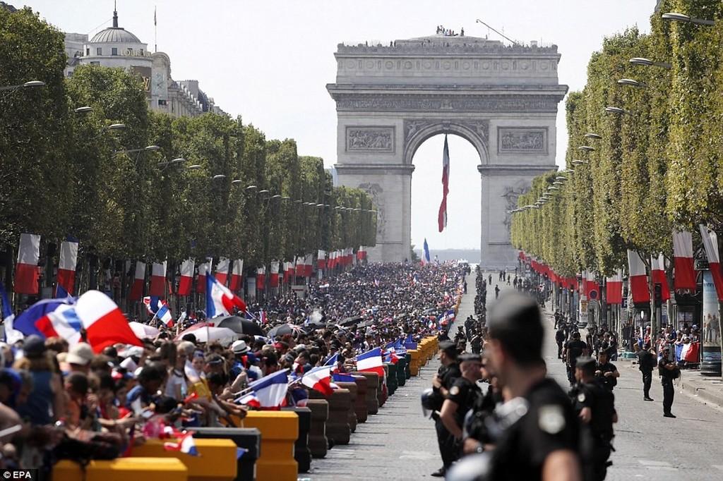 Στους δρόμους οι Γάλλοι: Το Παρίσι υποδέχθηκε τους Παγκόσμιους της Ρωσίας! (photos)