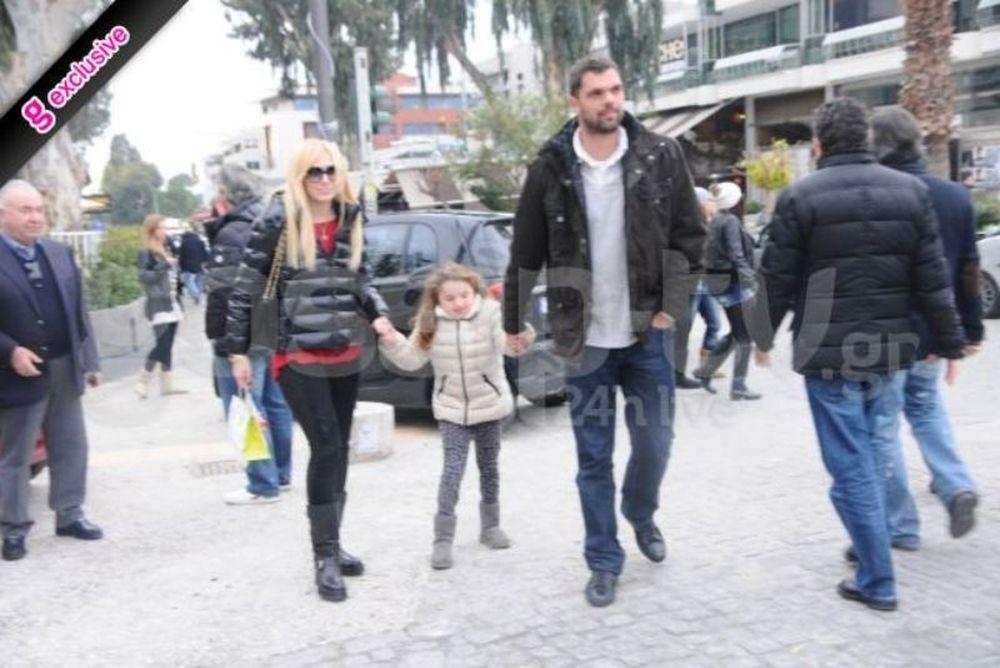 H oικογενειακή βόλτα του Δημήτρη Παπανικολάου στη Γλυφάδα