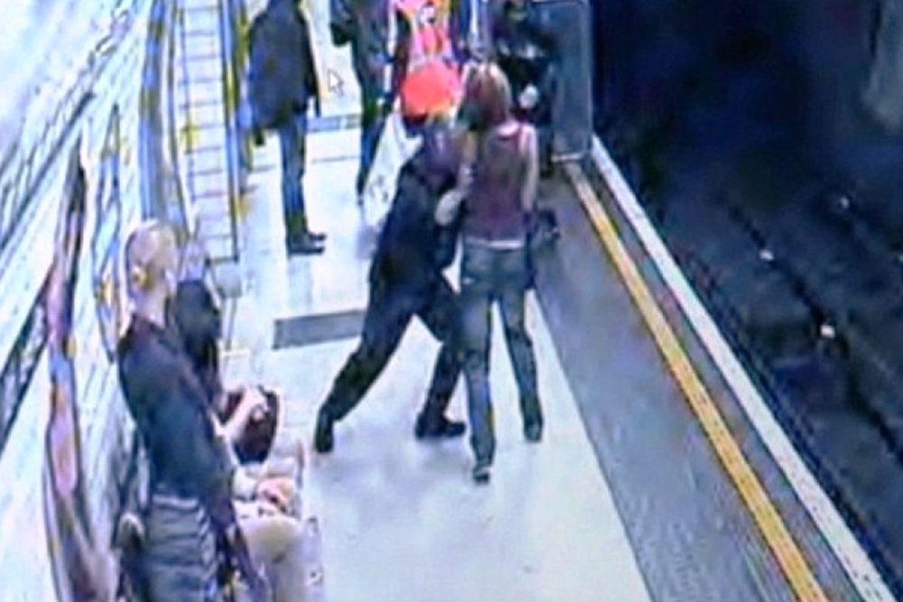 Άντρας έσπρωξε γυναίκα στις γραμμές του μετρό (video)