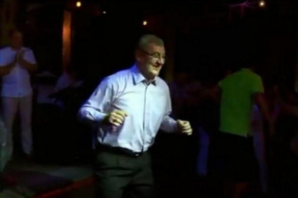 Ο Καζλάουσκας χορεύει rock n' roll (video)