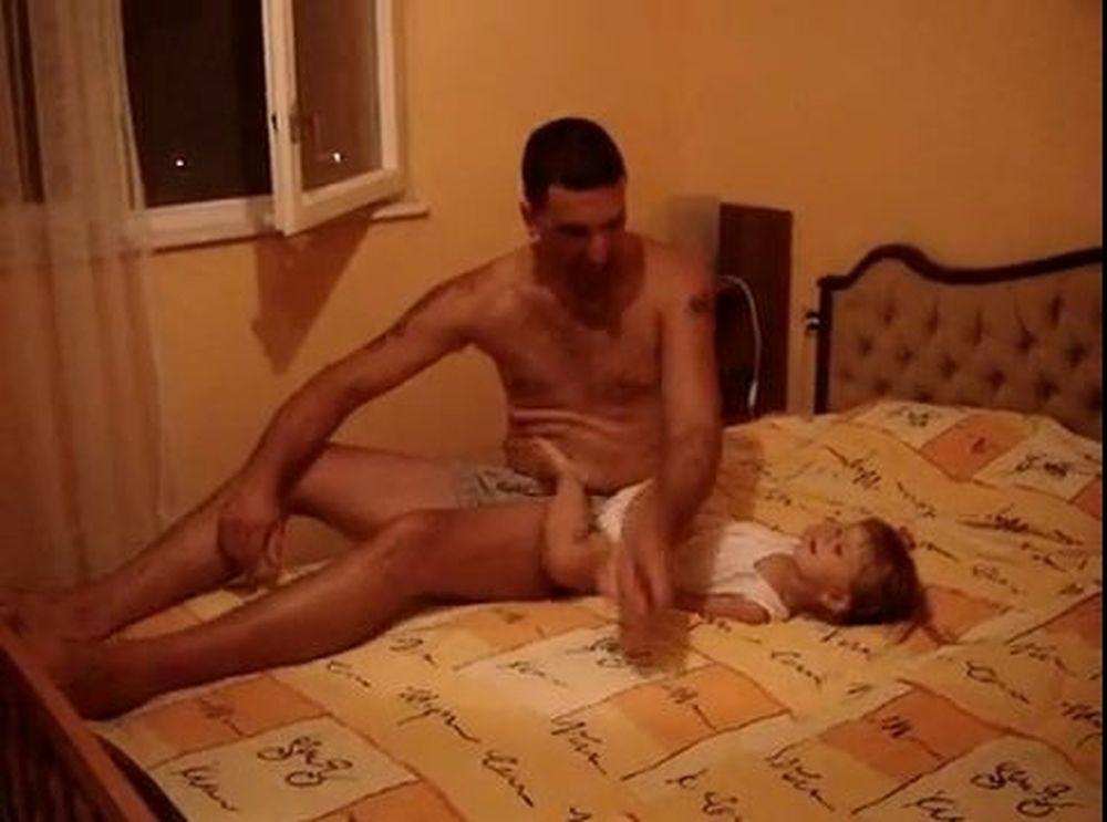 Βίντεο που πονάει: Μωρό βγάζει νοκ άουτ τον πατέρα!