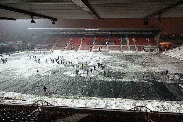 Οι οπαδοί της Σουίντον καθάρισαν το χιόνι για να παίξει η ομάδα τους!