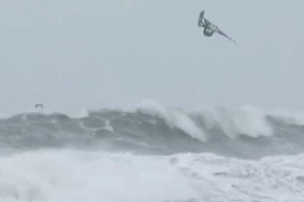 Εκαναν σέρφινγκ μέσα στην καταιγίδα (Video)