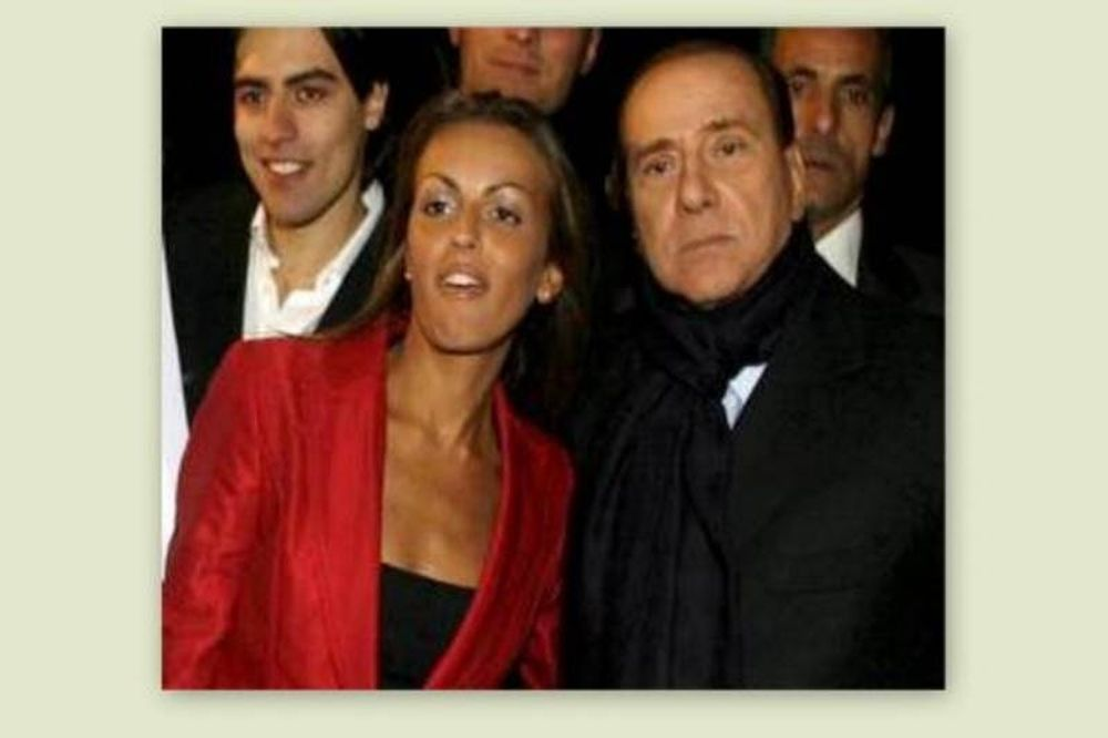 Δεν βγήκε τυχερό το φιλί της αρραβωνιαστικιάς του Μπερλουσκόνι στο ψηφοδέλτιο