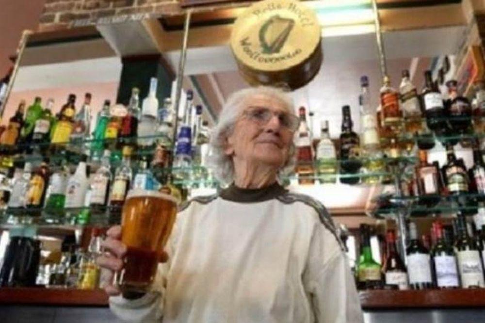 Δείτε τηv γηραιότερη μπαργούμαν του κόσμου!