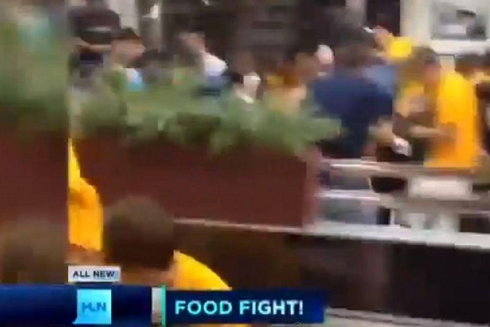 Απίστευτος ποδοσφαιρικός καβγάς: «Πόλεμος» με φαγητά! (video)
