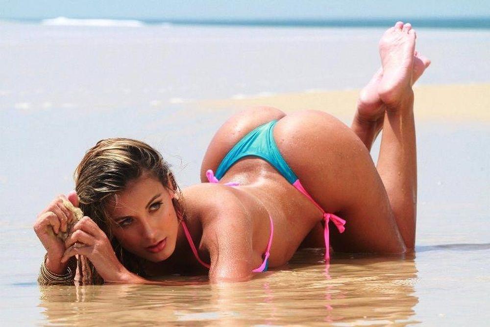 Η Αντρέσα Ουράχ topless στην παραλία (photos)