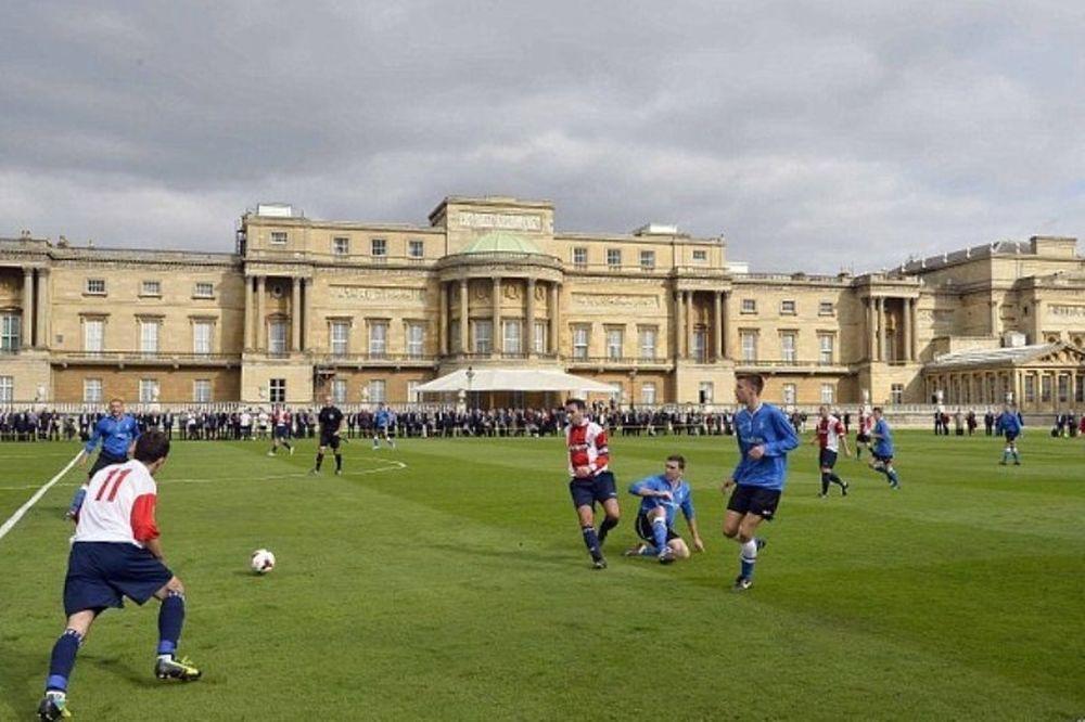 Με Ουίλιαμ το πρώτο ποδοσφαιρικό ματς στο παλάτι του Μπάκιγχαμ (photos+videos)