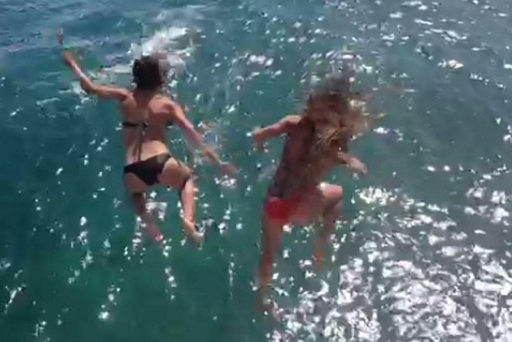 Χαβάη: Βούτηξαν από βράχο, σέξι Αμερικανές ποδοσφαιρίστριες! (video)