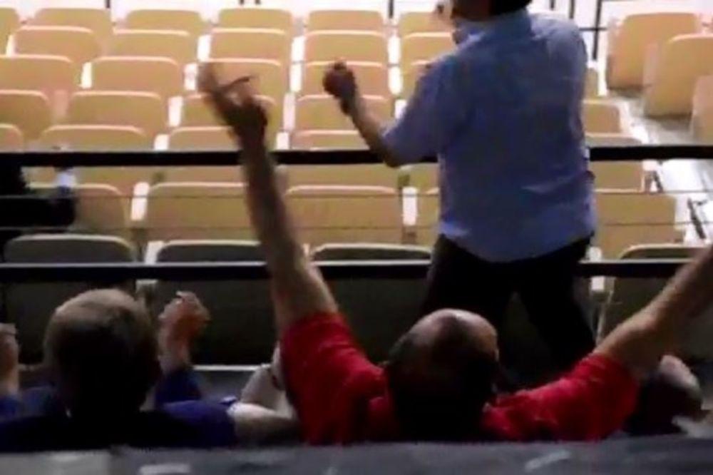 Προκαλούν ΣΟΚ οι άσεμνες χειρονομίες Αγγελόπουλου (video)