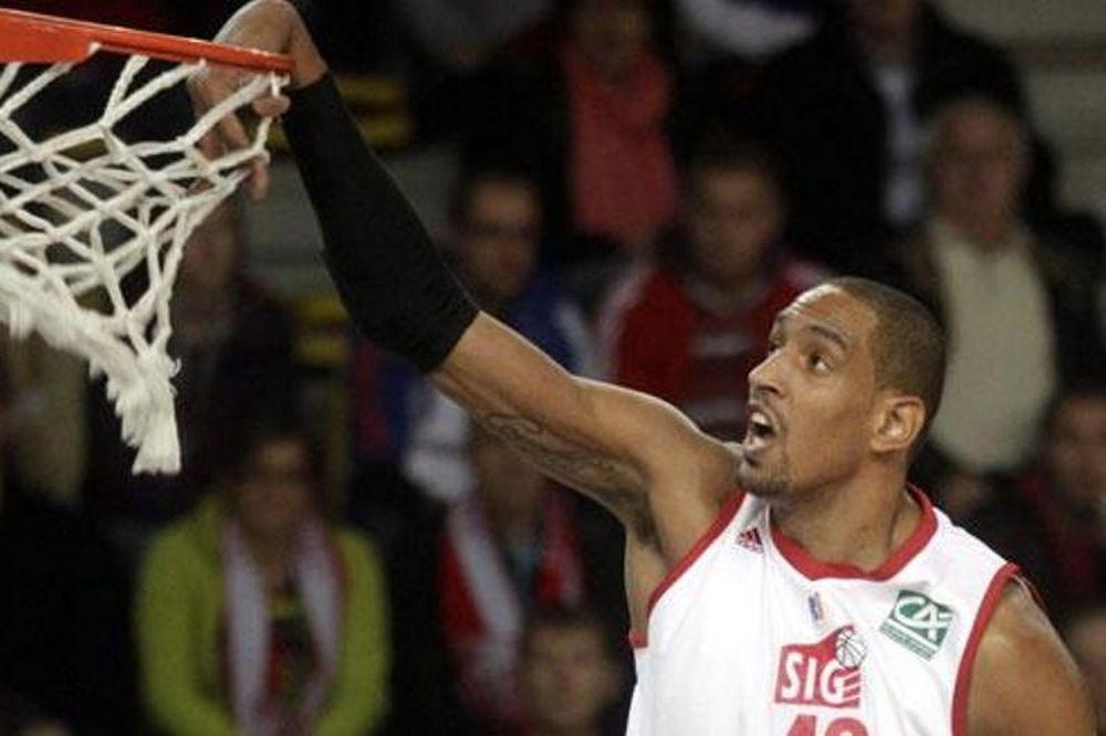 Ευρωλίγκα: Ο Αζινκά κάρφωσε από το… Ευρωμπάσκετ! (video)