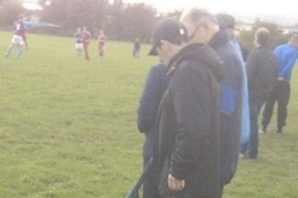 Αγγλία: Οπαδός πήρε τον σκύλο στο γήπεδο με λουρί το… τζιν του (photo)