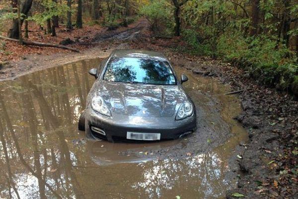 Λίβερπουλ: Είδε την Πόρσε του να κολλάει στη λάσπη (photos)