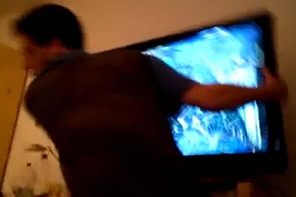 Δεν υπάρχει: Έσπασε την τηλεόραση επειδή δέχτηκε γκολ (video)