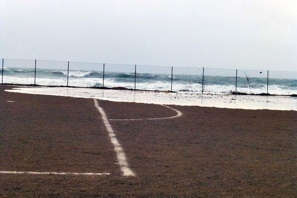 Η θάλασσα… κατάπιε γήπεδο ποδοσφαίρου! (photos)