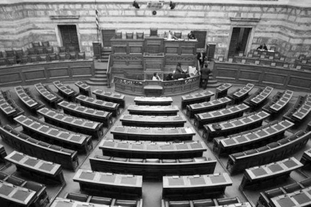 Εικόνα ντροπής: Άδεια έδρανα στη Βουλή και προσωρινή διακοπή