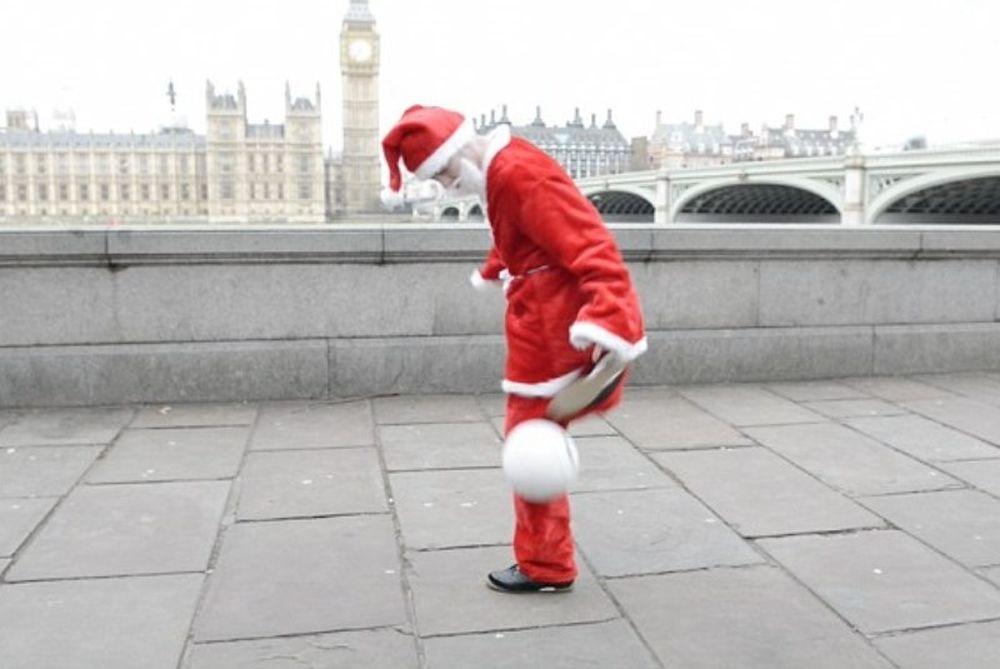 Ο Άγιος Βασίλης ξέρει από… freestyle ποδόφαιρο! (photos+video)
