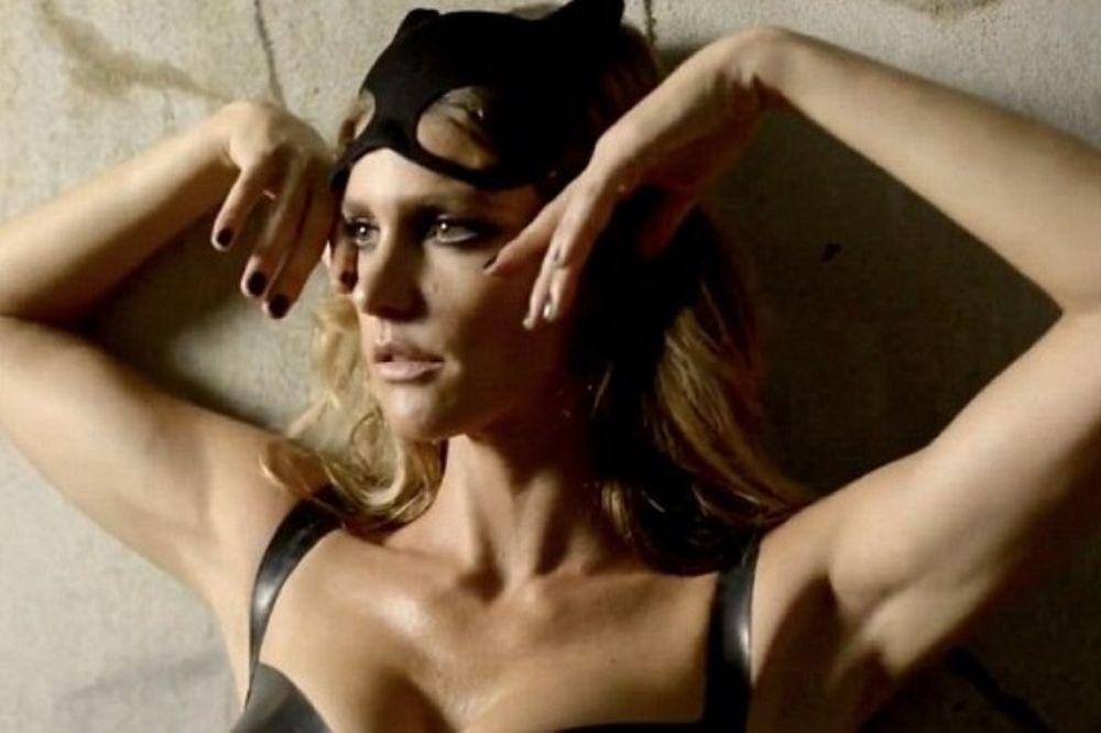 Η Φερνάντα Λίμα… batwoman! (photos+video)