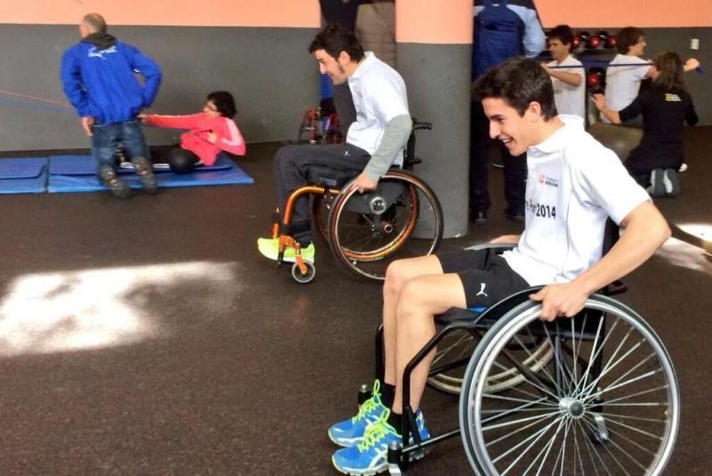 Moto GP: Βοήθησε ανθρώπους με αναπηρία ο Μάρκεζ (video)