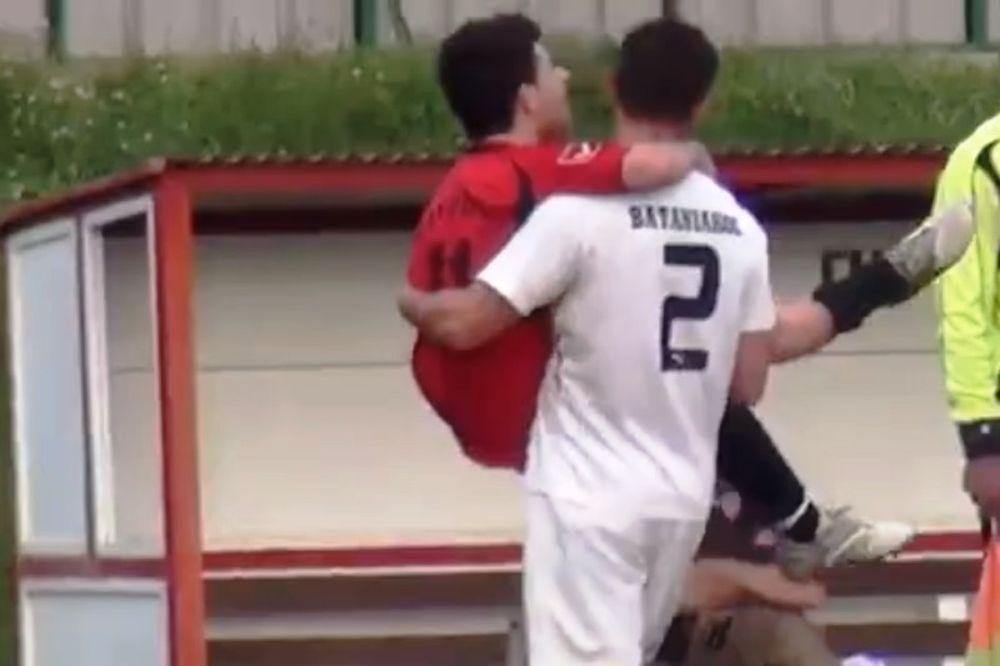Τον έβγαλε σηκωτό από το γήπεδο (video)