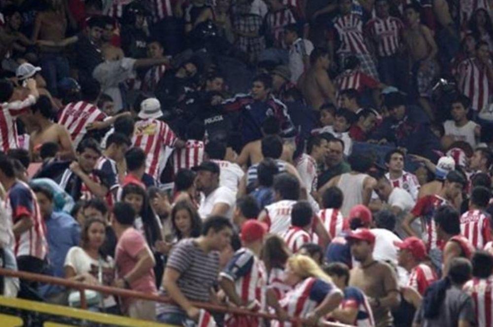 Μεξικό: Εκατοντάδες οπαδοί πλάκωσαν στο... ξύλο αστυνομικούς! (video)