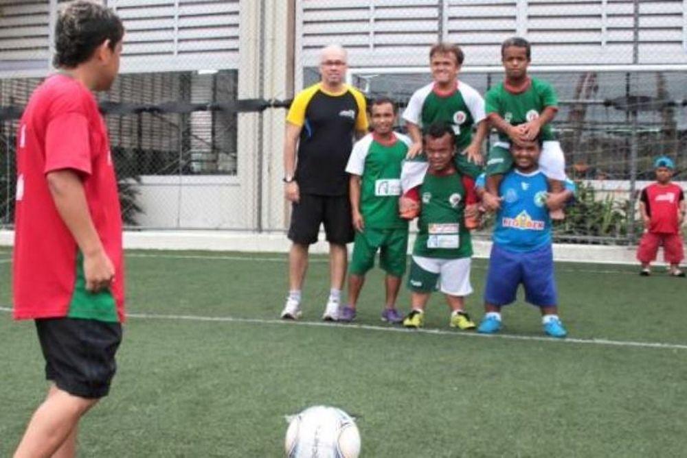 Βραζιλία: Ποδοσφαιριστές νάνοι νικούν «γίγαντες»! (photos+video)