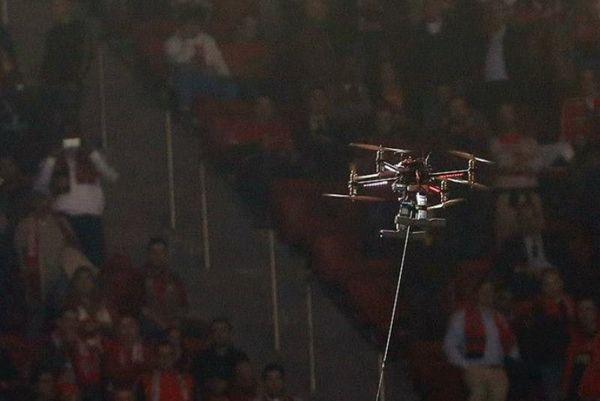 Μπενφίκα: Ιπτάμενα ρομπότ μετέφεραν φανέλες στους οπαδούς! (photos+videos)
