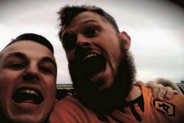 Αγγλία: Selfie οπαδού με παίκτη την ώρα της εισβολής! (photo+video)