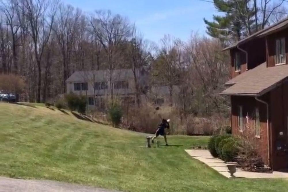 Τρομερό καλάθι: Σκόραρε πίσω από το σπίτι! (video)