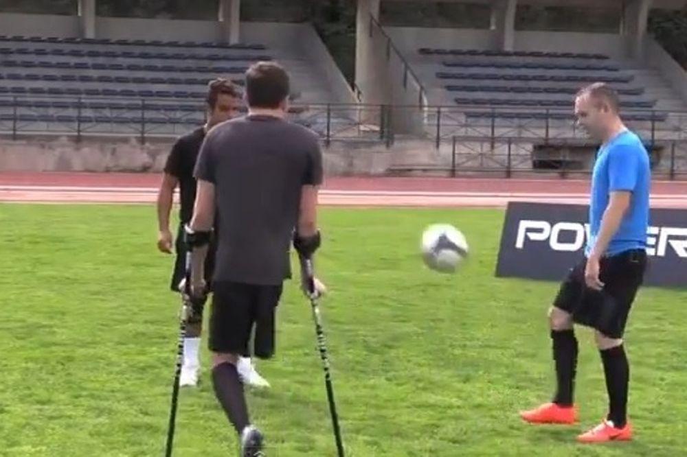 Ισπανία: Μπάλα με ποδοσφαιριστή με ένα πόδι ο Ινιέστα! (video)