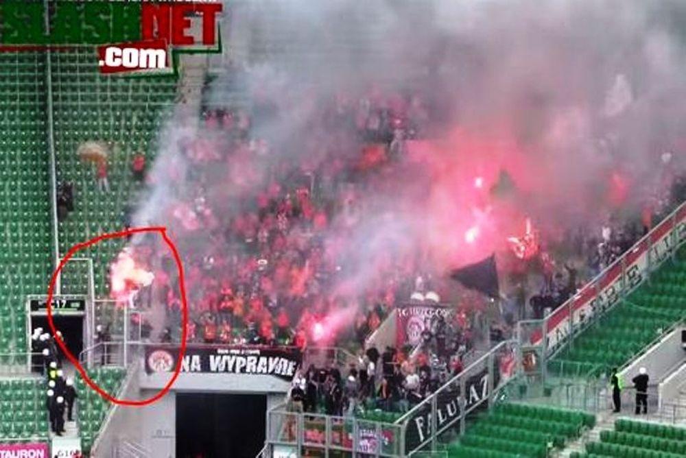 Πολωνία: Αστυνομικός έκαψε οπαδό! (photos+video)