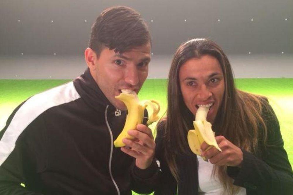 Ντάνι Άλβες: Τους έκανε να τρώνε όλοι μπανάνες! (photos+video)