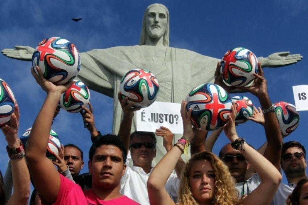 Παγκόσμιο Κύπελλο: Διαδήλωση στον «Χριστό Λυτρωτή» (photos)