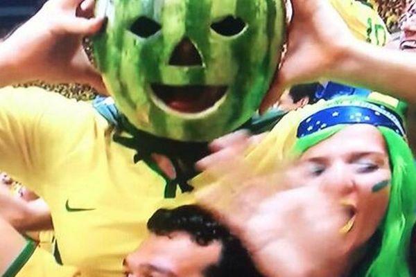 Παγκόσμιο Κύπελλο Ποδοσφαίρου - Προημιτελικοί: Βραζιλιάνος οπαδός με... καρπούζι στο κεφάλι! (video)