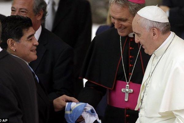 Όταν ο Θεός … της Αργεντινής (Μαραντόνα) συνάντησε τον Πάπα (videos +photos)