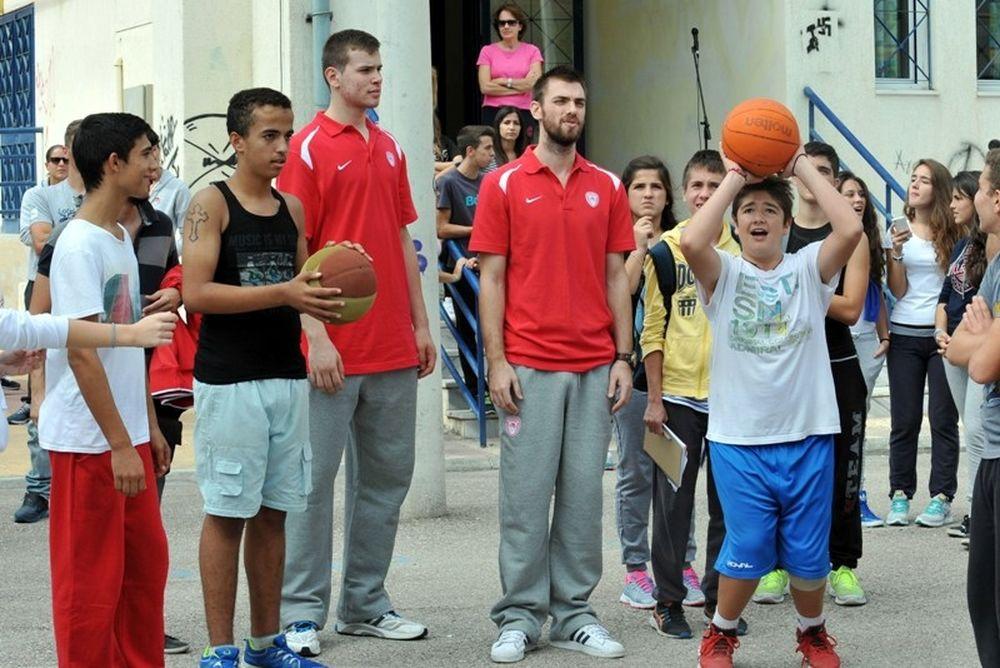 Ολυμπιακός: Έπαιξαν μπάσκετ με μαθητές (photos)