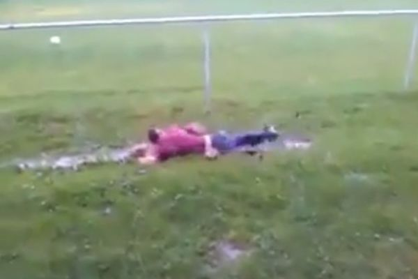 Ποδοσφαιριστές έκαναν… μπάνιο σε βρεγμένο αγωνιστικό χώρο (video)