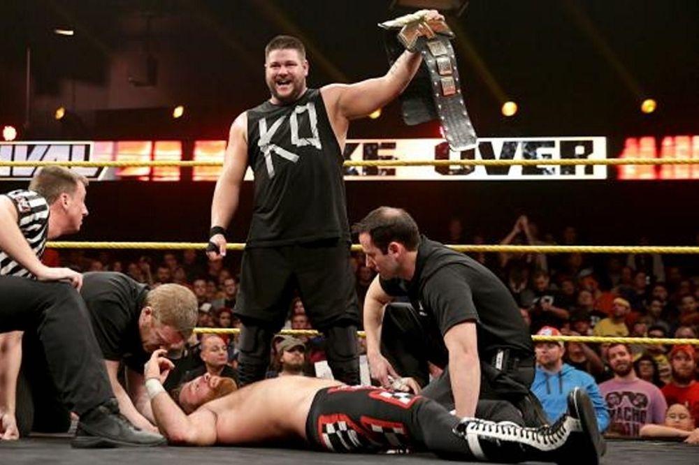 NXT: Καταστροφικός Owens, πρωταθλήτρια η Banks (photos+videos)