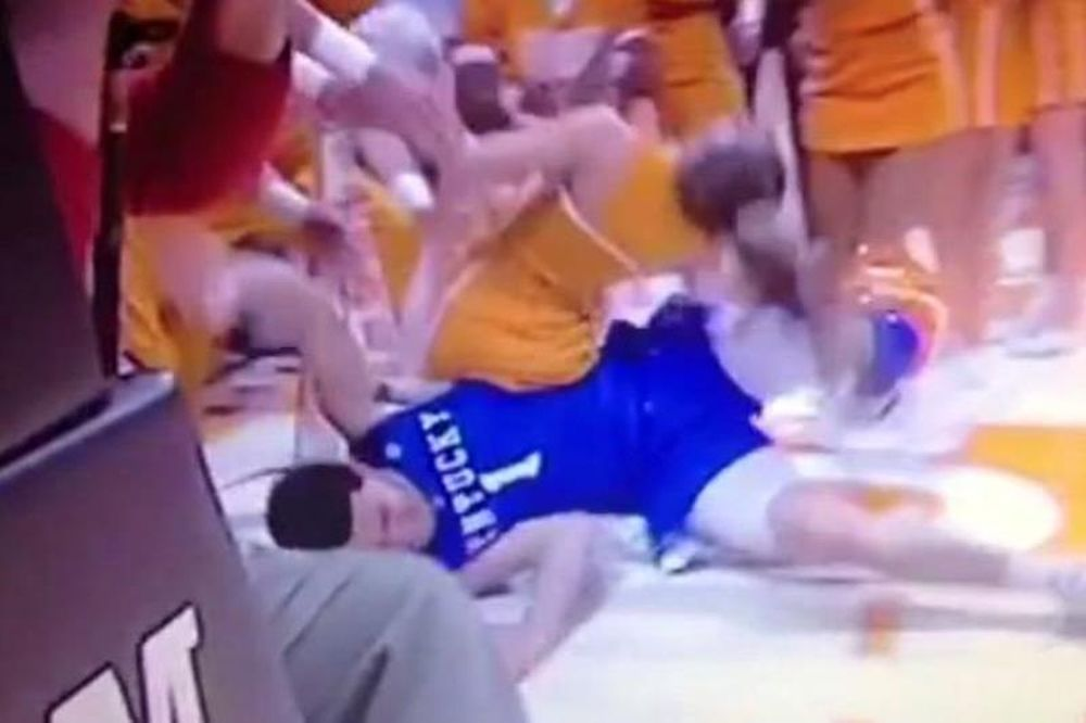 NCAA: Παίκτης πήγε να κόψει στα... δύο μια μαζορέτα! (video)