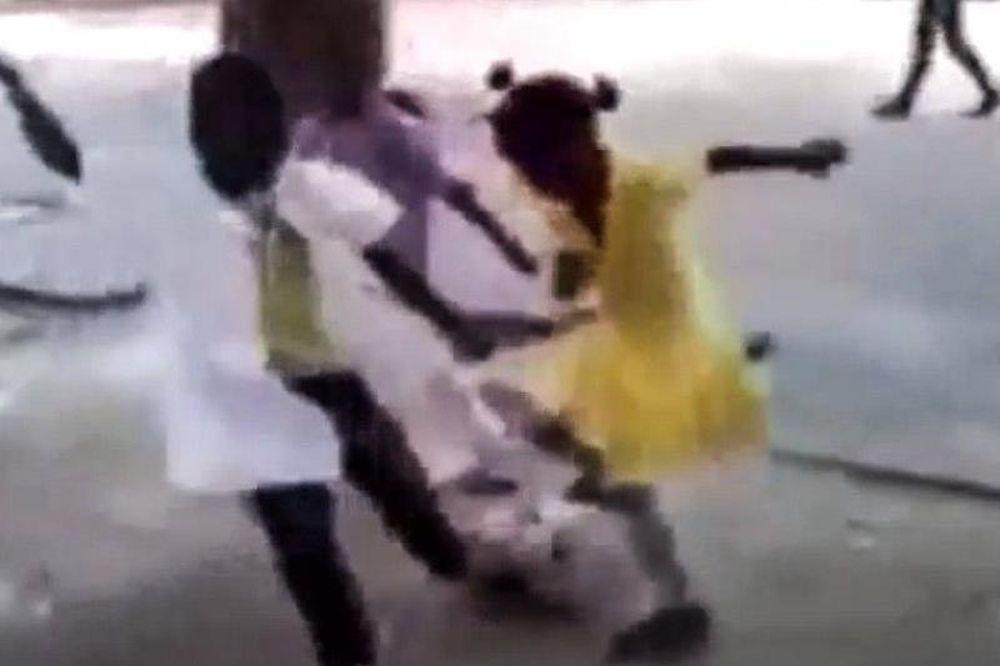 Ποδόσφαιρο: Κοριτσάκι ζαλίζει με αλλεπάλληλες ντρίμπλες τα αγοράκια! (video)