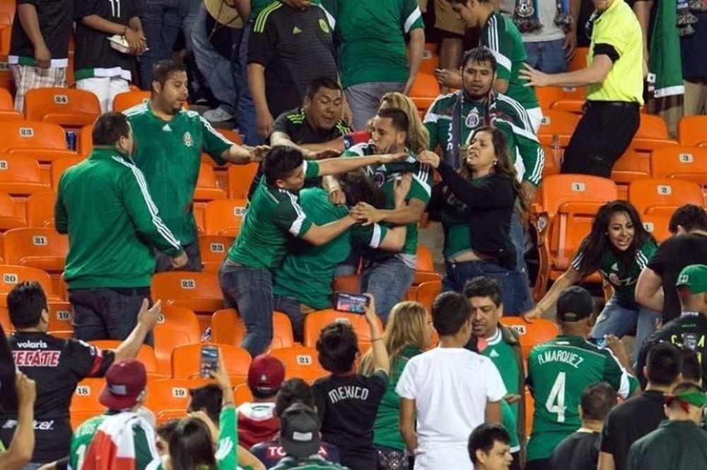 Πλακώθηκαν μεταξύ τους οι οπαδοί του Μεξικό (video+photos)