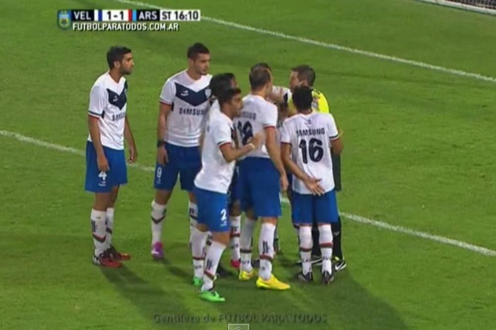 Βελέζ – Άρσεναλ Σ.:Τον απέβαλε,έδωσε πέναλτι και έπειτα πήρε πίσω και τις δύο αποφάσεις (video)