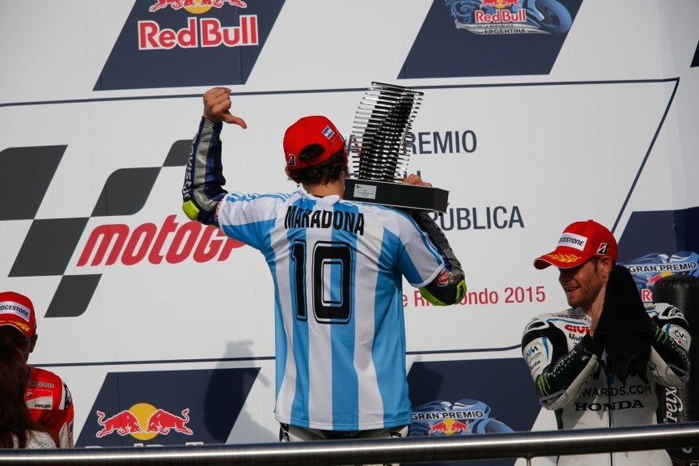 Moto GP: Ο Ρόσι πανηγύρισε με φανέλα του Μαραντόνα! (photos)