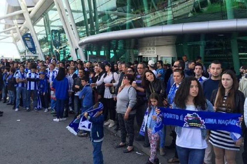 Πόρτο: Αποθεωτικό καλωσόρισμα στο αεροδρόμιο παρά τη «συντριβή» (photos)