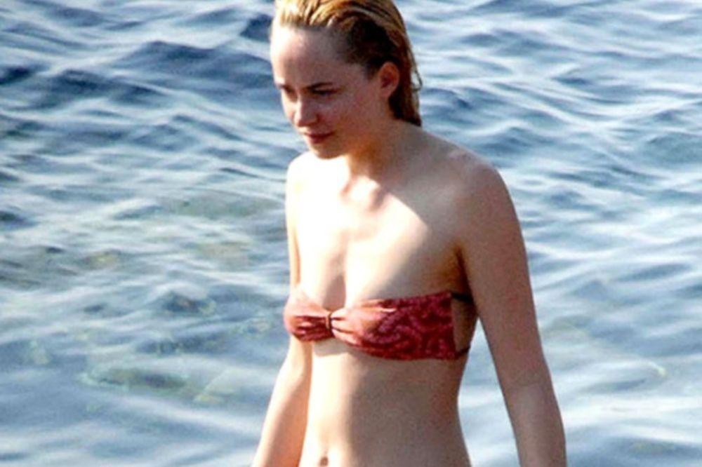 Τα πέταξε όλα στην παραλία γνωστή ηθοποιός! (photos)
