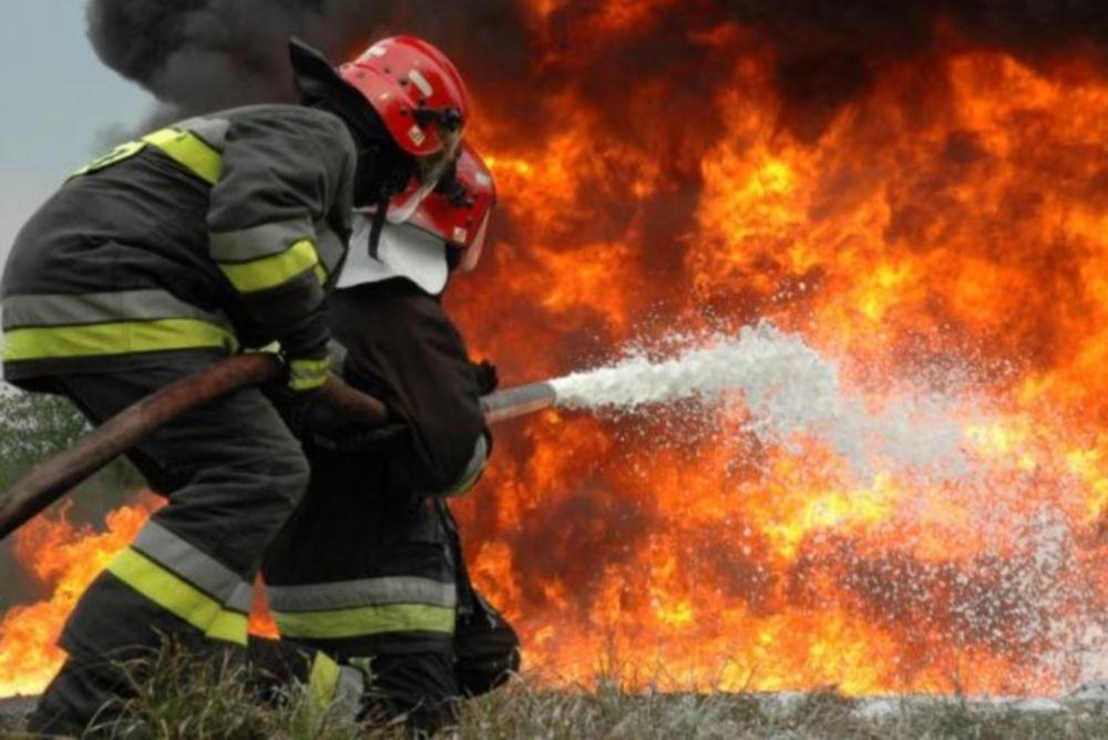 Καίγονται σπίτια στον Καρέα! «Θα καούμε ζωντανοί» φωνάζουν οι κάτοικοι...