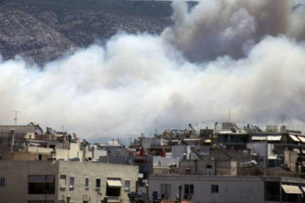 Κάηκε εστιατόριο στον Καρέα, η πύρινη λαίλαπα καίει και σπίτια