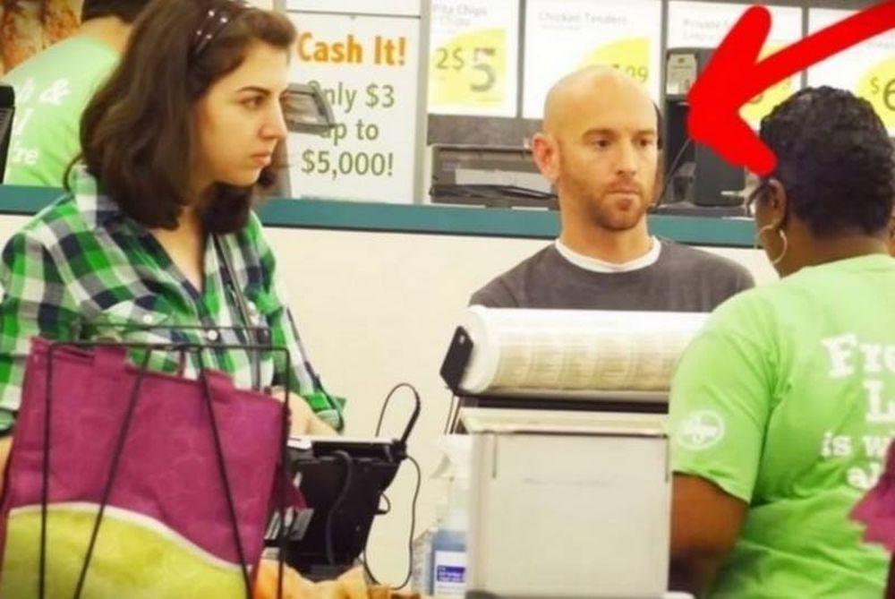 ΣΥΓΚΛΟΝΙΣΤΙΚΟ! Πήγε να πληρώσει στο σούπερ μάρκετ και δείτε τι έγινε! (video)